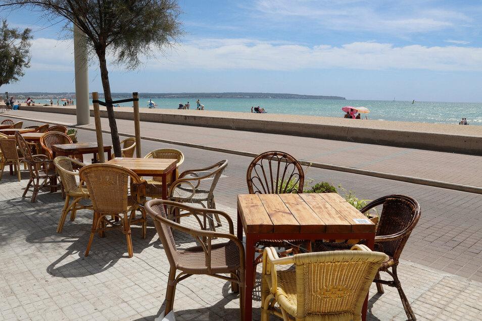 Die Terrasse eines Restaurants neben dem Strand Can Pastilla in Palma de Mallorca ist leer. Auf der beliebten Ferieninsel sind seit der Einstufung als Risikogebiet kaum noch Touristen.