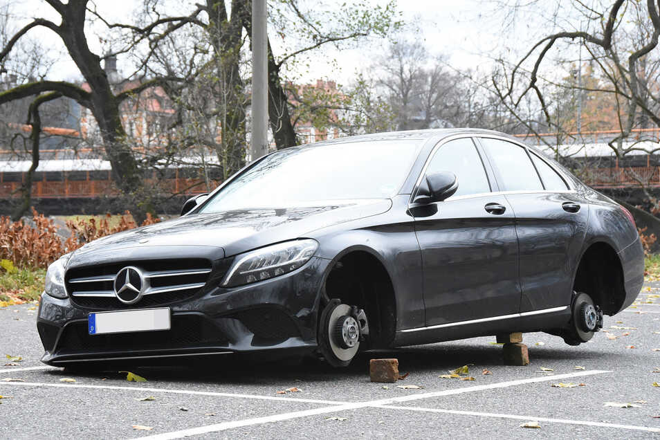 So wie dieser Mercedes an der Uferstraße in Görlitz, wurden weitere Fahrzeuge in Görlitz enträdert.