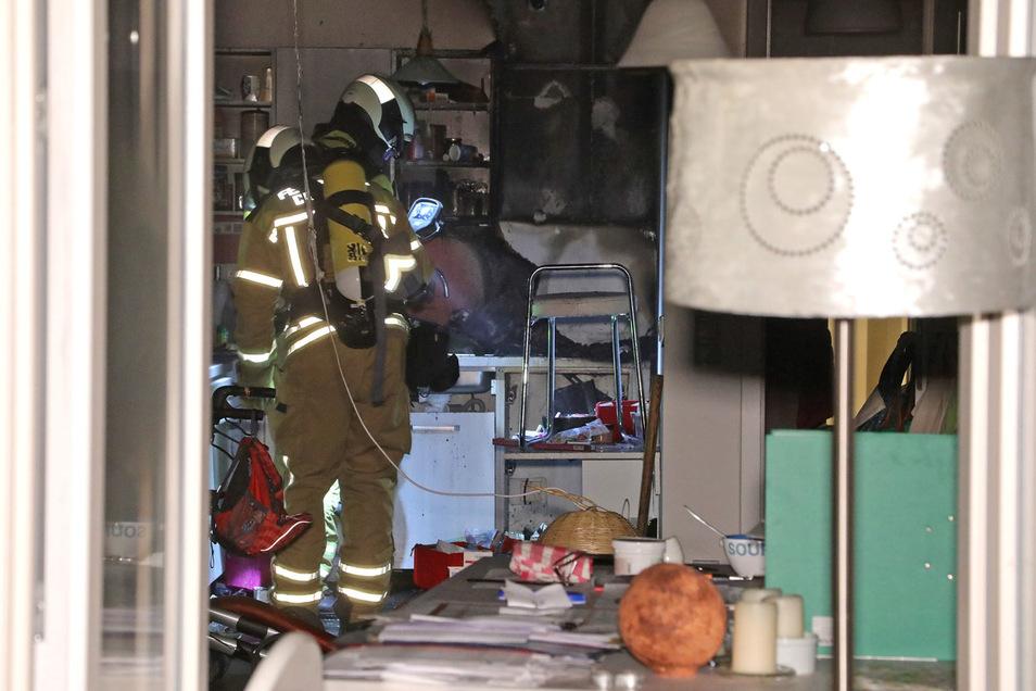 Der Brand brach ersten Erkenntnissen zufolge in einer Küche aus. Die Wohnung ist derzeit unbewohnbar, heißt es von den Einsatzkräften.