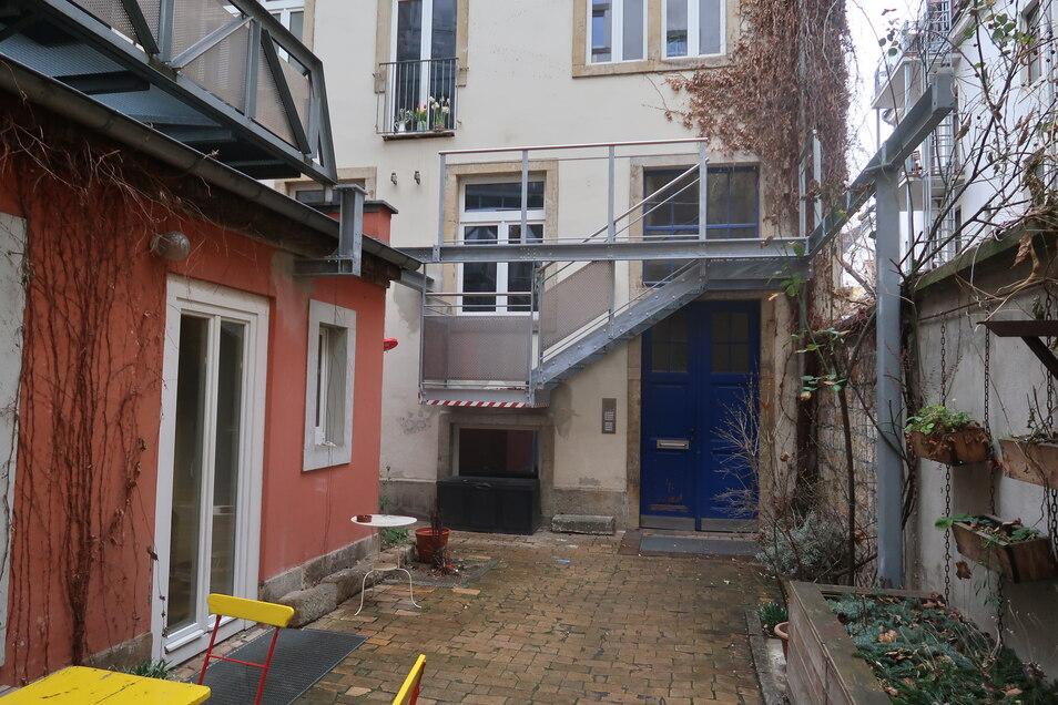Das viele Metall an der Fassade dieses Hinterhauses in der Martin-Luther-Straße sollte einmal den Zugang von der Hochparterre-Wohnung zu einer Innenhof-Terrasse ermöglichen. Die Terrasse war ein Schwarzbau und musste wieder abgebaut werden.