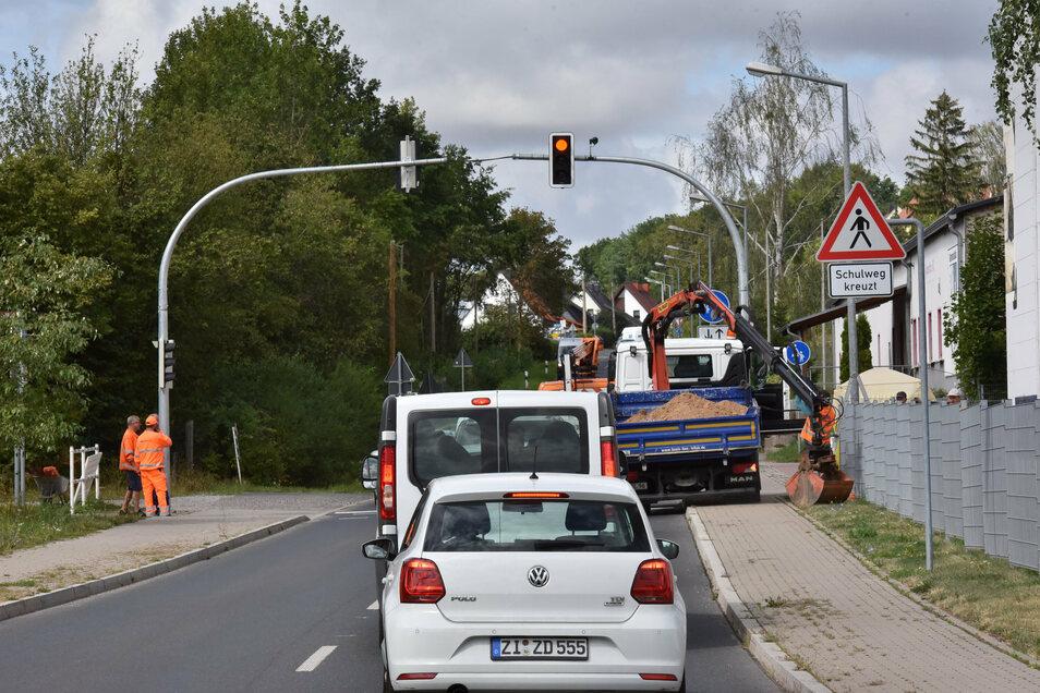 Auf der Horkenstraße Richtung Bahndamm/Kompressorenbau in Bannewitz ist eine neue Ampelanlage installiert worden, damit die Kinder sicher über die Straße zur Schule gehen können.