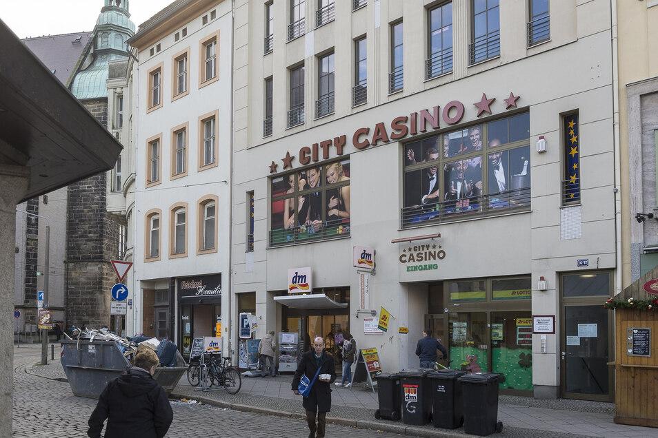 Das City-Casino am Demianiplatz in Görlitz ist seit Mittwoch geschlossen. Mit Unterstützung von Polizeibeamten hat die Landesdirektion die zuletzt noch offene Spielhalle eins geschlossen und versiegelt. Damit ist das Casino in Görlitz Geschichte.