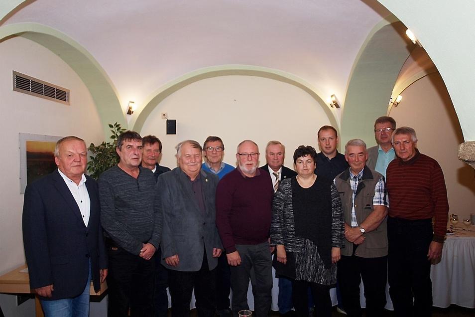 Die für ihre langjährige ehrenamtliche Tätigkeit zum Wohle des Fußballsports im Fußballverband Oberlausitz Geehrten mit dem Präsidenten des FVO, Jürgen Heinrich, und der Schatzmeisterin Gabriele Scade.