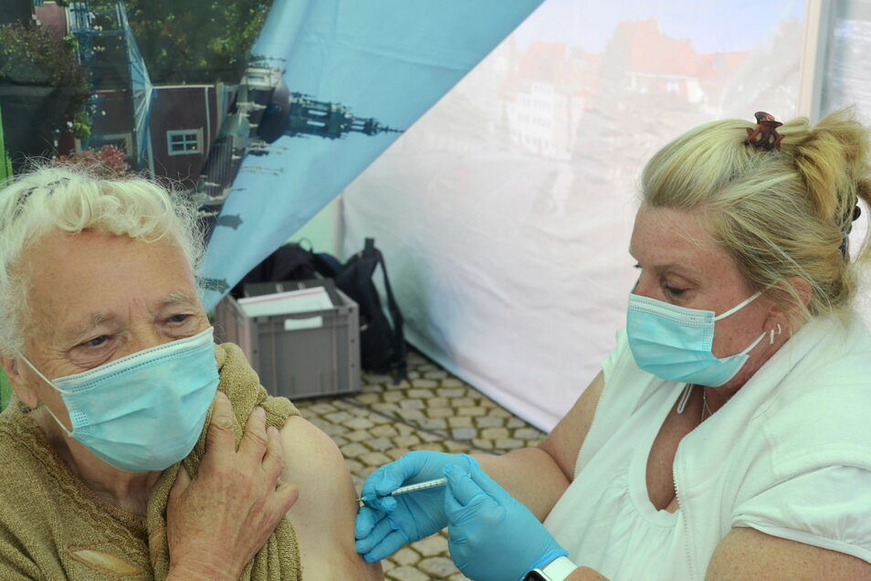Hannelore Schediwy bekommt ihre erste Impfung mit BionTech von Angela Posselt injiziert.