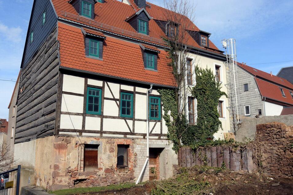 So sah das Haus der Hofmanns noch vor zwei Jahren aus. Inzwischen sind die Fenster und der Giebel erneuert und der untere Teil der Fassade verputzt. Der Innenausbau wird noch fertiggestellt.