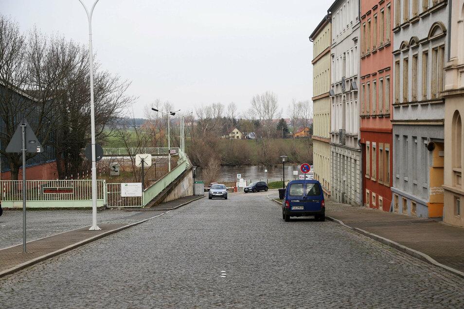 Die Breite Straße in Riesa führt vom Puschkinplatz in Richtung Elbe. Wegen Arbeiten an der Elbgalerie soll ein Abschnitt demnächst voll gesperrt werden.