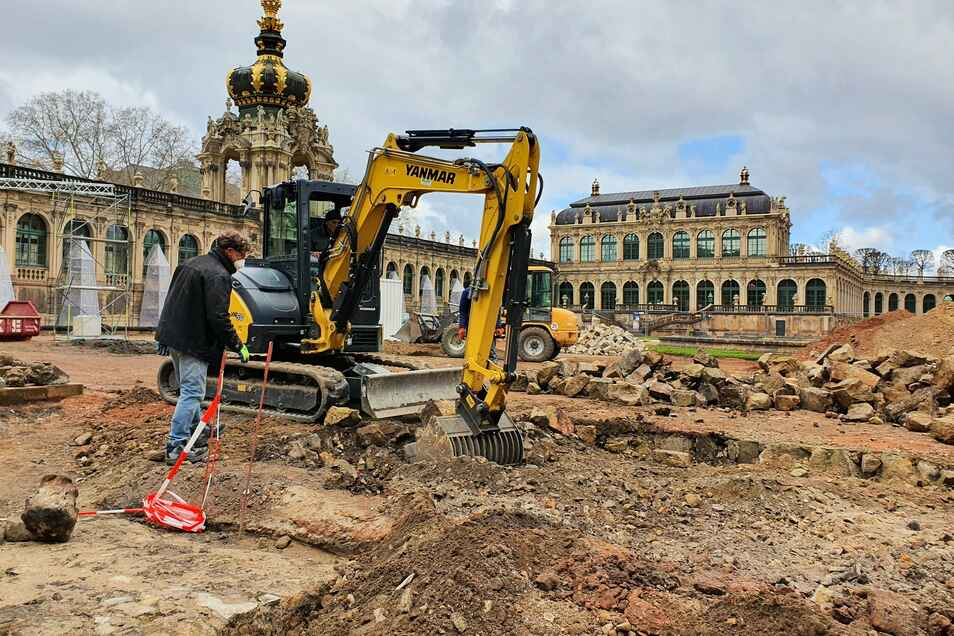 Mit dem Bagger wird die Oberfläche des Zwingerhofs vor dem Porzellanpavillon freigelegt. Vor der Sanierung untersuchen Fachleute des Landesamtes für Archäologie den Untergrund auf Spuren der Vergangenheit.