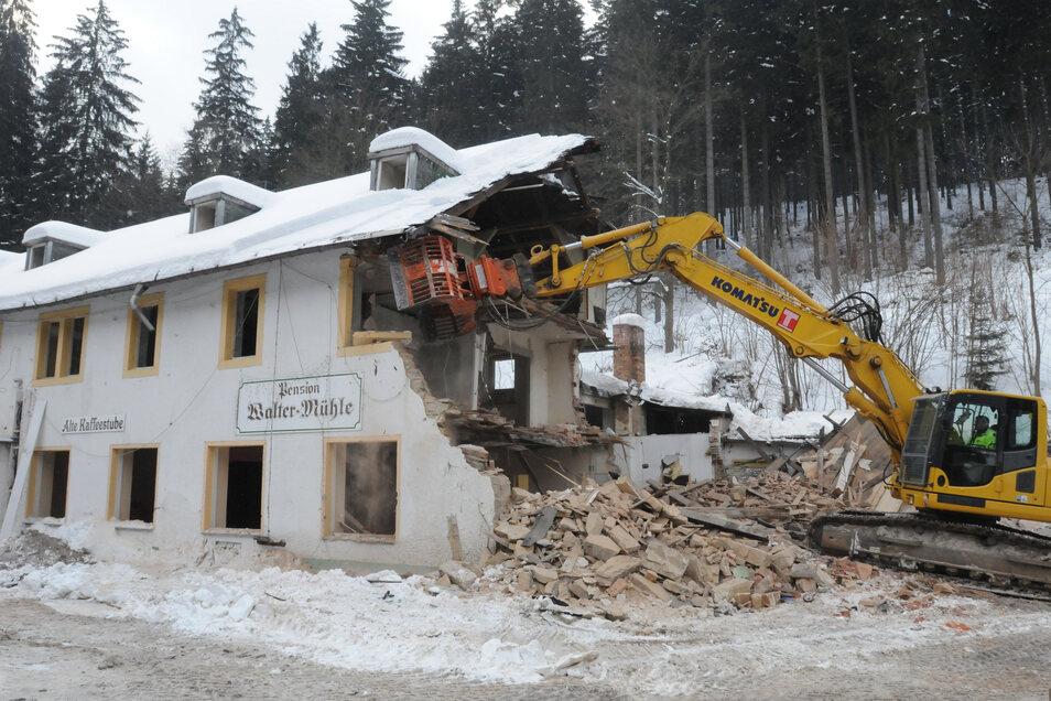 Die Vorarbeiten hatten lange gedauert. 2010 wurde die Waltermühle abgerissen. Hier steht heute der neue Damm.