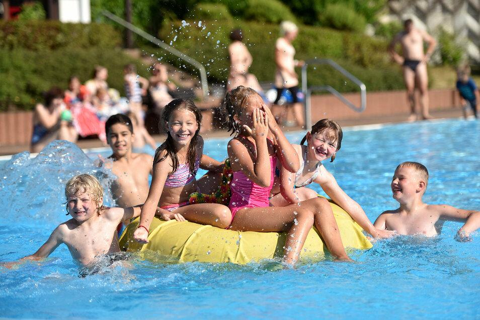 Badespaß im Freibad Ebersbach - den gibt's noch bis 13. September.