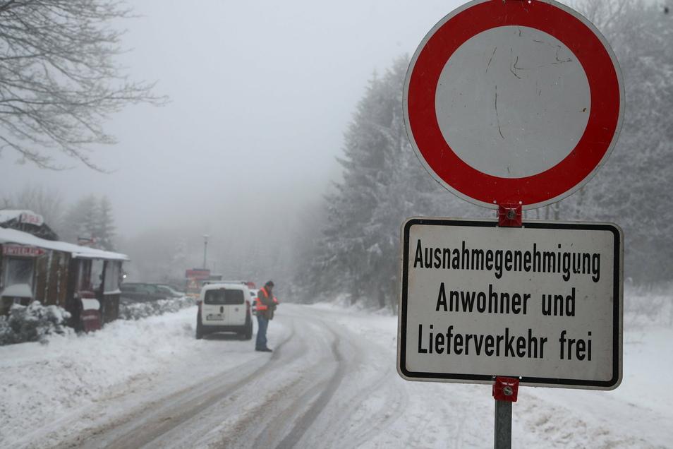 Angesichts eines Ansturms von Ausflüglern auf Oberhof will Bürgermeister Thomas Schulz die Stadt weitgehend abriegeln.