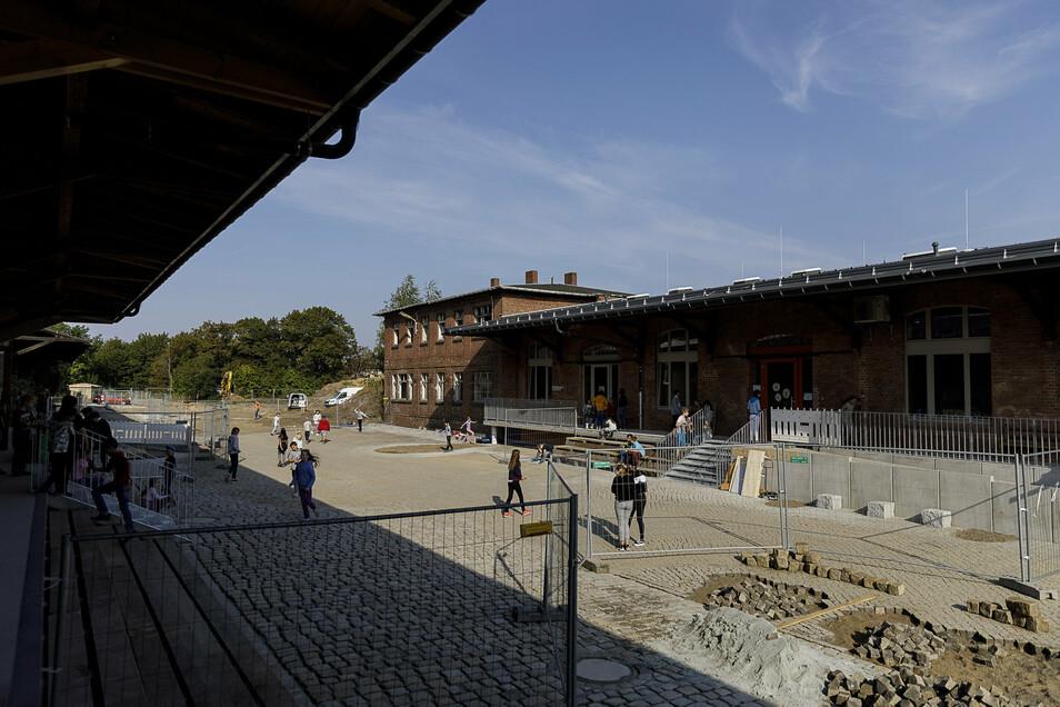 Wo früher Güter abgefertigt wurden, entsteht heute ein gepflasterter Schulhof.