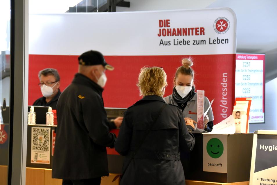 Der Empfangstresen im Coronatestzentrum im Kulturpalast Dresden.
