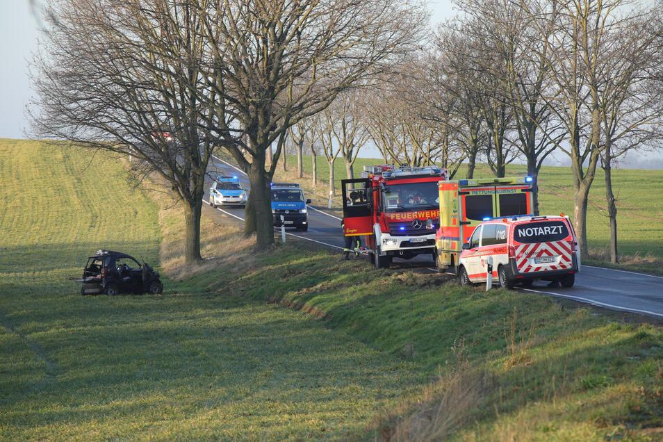 Auf der Kreisstraße  bei Ebersbach kam es am Donnerstag zu einem Unfall, bei dem die Fahrerin des Smart und ihr Beifahrer schwer verletzt wurden.