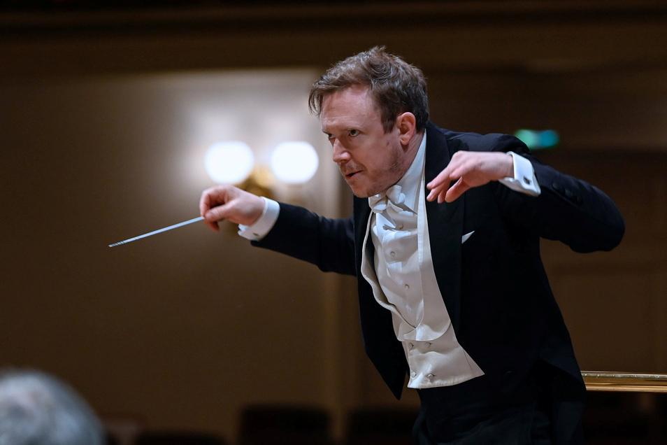 """Daniel Harding jüngst in der Semperoper beim """"Entschlüsseln"""" von Musik."""