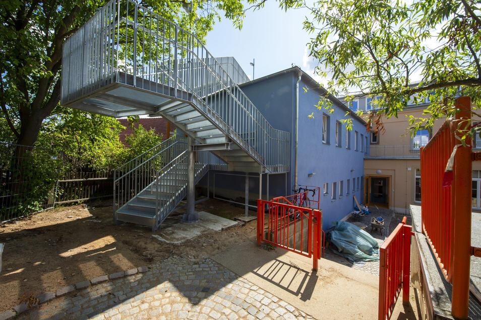 Die neue Fluchttreppe der komplett sanierten Célestin-Freinet-Schule in Friedewald.