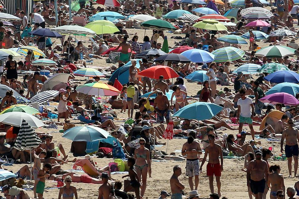 Vernünftiges Verhalten? Dicht an dicht liegen Urlauber am Strand von Saint-Jean-de-Luz In Frankreich.