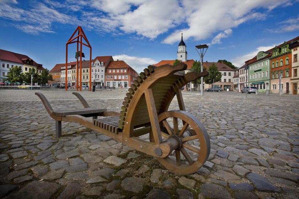 Auf dem Bischofswerdaer Markt stehen schon lange Sitzgelegenheiten in Form von Schieböcken. Die Einwohner der Stadt sind aufgerufen, weitere Schieböcke fürs Stadtbild zu kreieren.