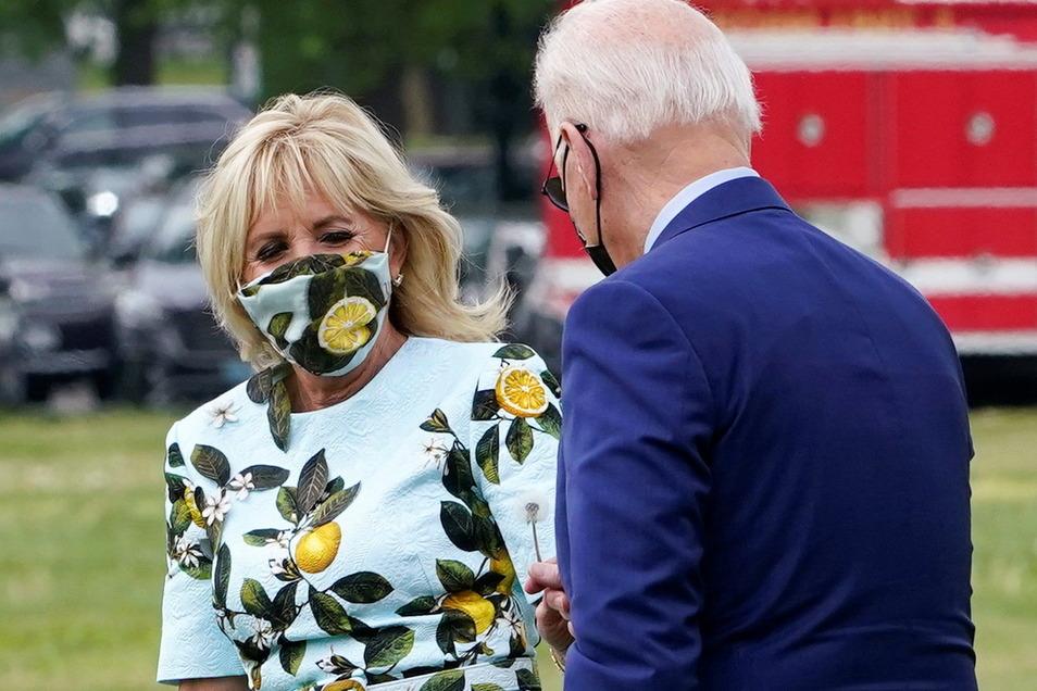 Joe Biden schenkt der First Lady Jill Biden eine Pusteblume.