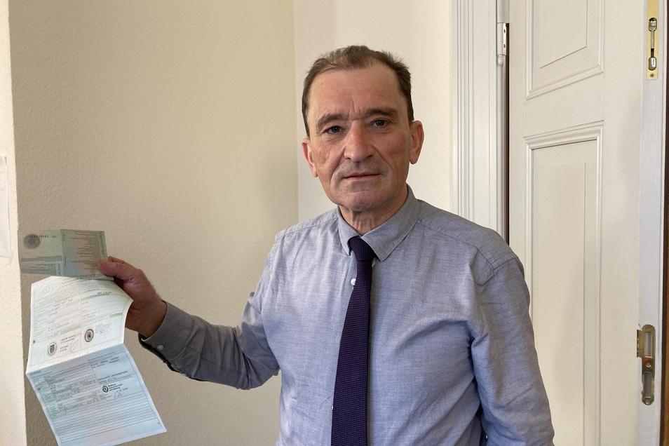 Rechtsanwalt Professor Willi Vock mit den Papieren des Autos eines Abschleppkunden, das Dussa ohne dessen Wissen verkauft hat.