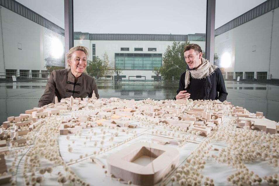 Prof. Angela Mensing-de Jong, Leiterin des studentischen Projekts, mit Ludwig Weimert vor dessen Model zur zukünftigen Gestaltung des Robotron-Geländes