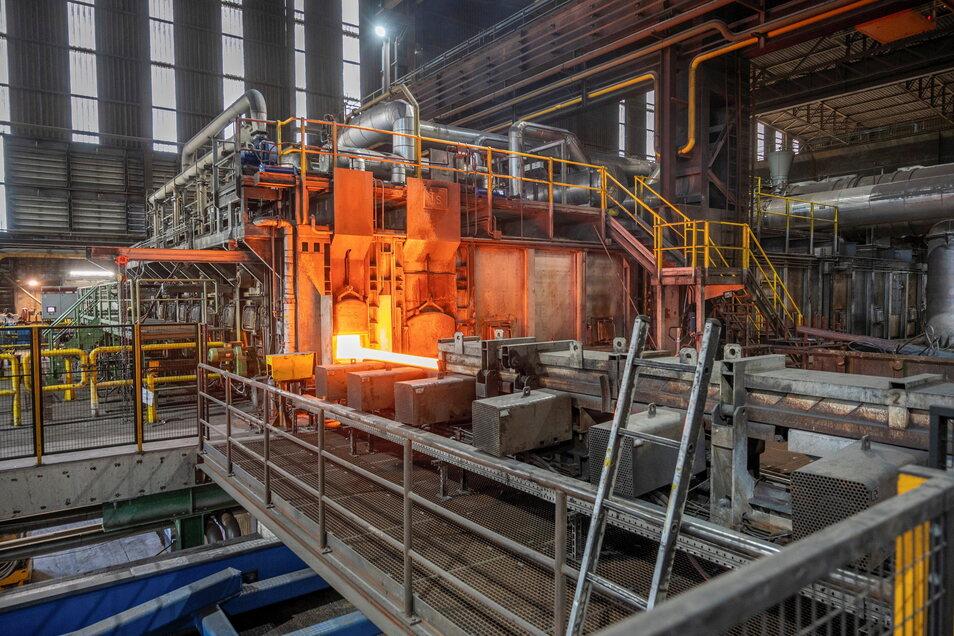 Am Hubherdofen werden die Stahlknüppel erwärmt, bevor sie gewalzt werden - für Instandhaltungsmechaniker gibt es im Stahlwerk viel zu tun.