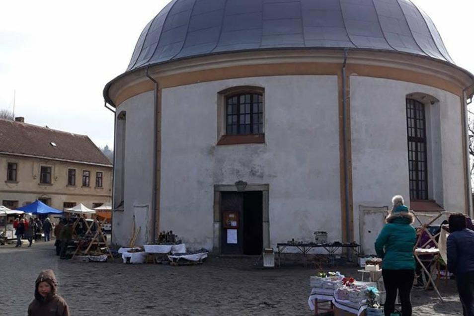 Dreimal im Jahr findet an der markanten Kirche in Lewin der Töpfermarkt statt.