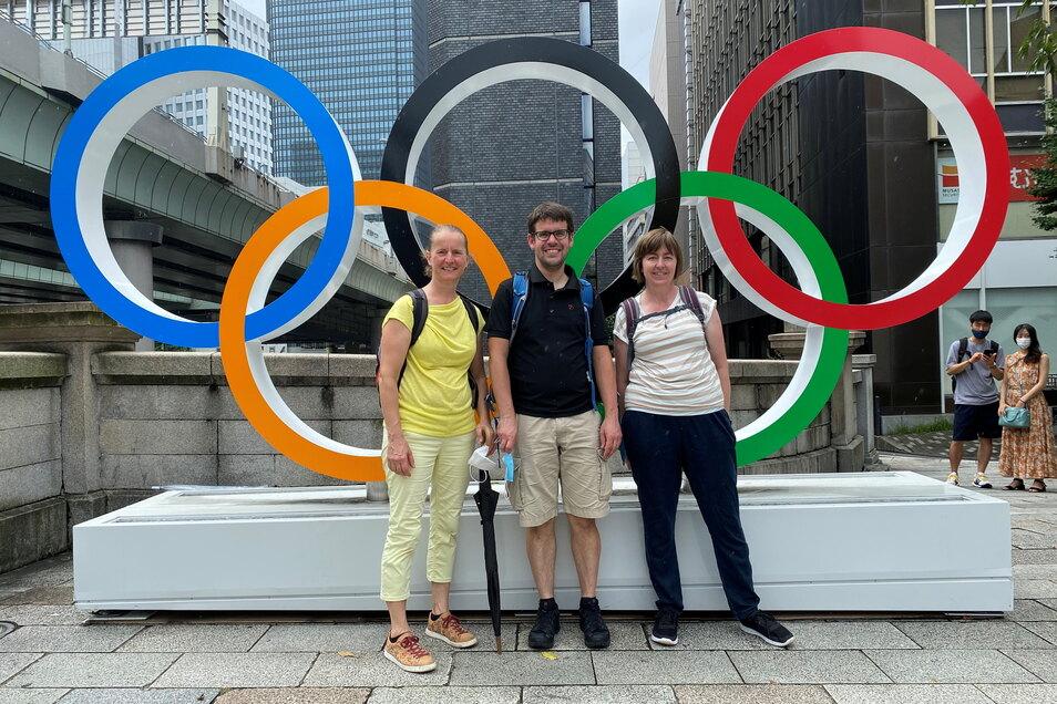 Nach der Quarantäne ging es für Astrid Knieß (l.), Sebastian Rzeppa und Simone Reimann auf Stadttour durch Tokio. Trotz fehlender internationaler Gäste erlebten sie überall olympisches Flair - hier vor den Olympischen Ringen an der Nihonbashi Brücke