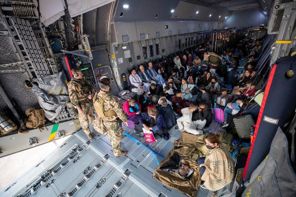 Seit der Machtübernahme der Taliban fliegt die Bundeswehr Menschen aus Afghanistan aus. Jetzt hat sich auch der Landkreis Bautzen bereit erklärt, Ortskräfte aufzunehmen.