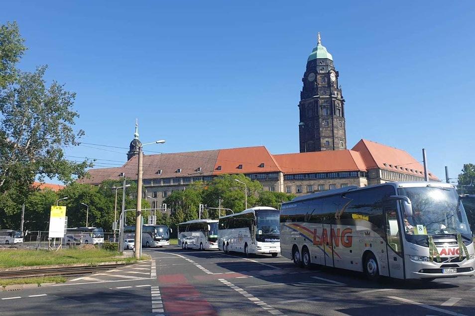 Gegen 9 Uhr startete der Buskonvoi an der Ammonstraße. Am Rathaus vorbei ging es Richtung Staatskanzlei.