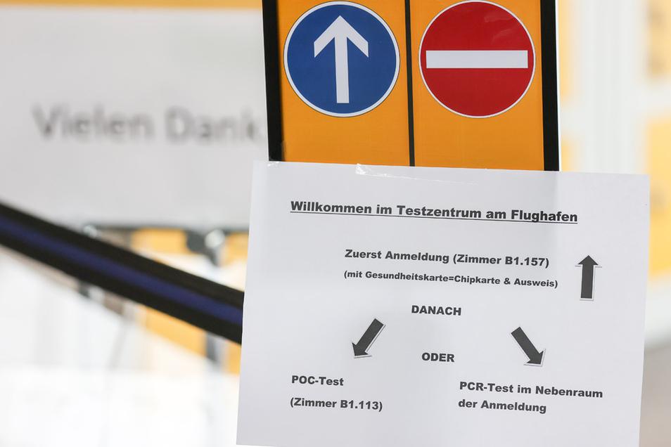 Ein Zettel weist den Weg zum Testzentrum auf dem Flughafen Leipzig/Halle.