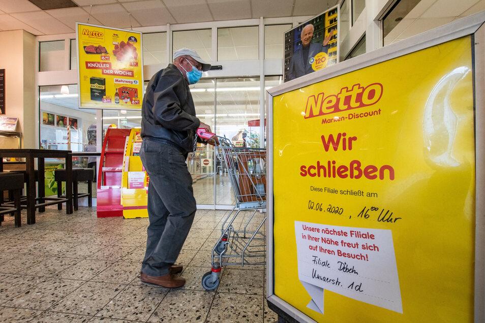 Ein Aufsteller kündigt die Schließung der Netto-Filiale in Großbauchlitz ab kommender Woche an.