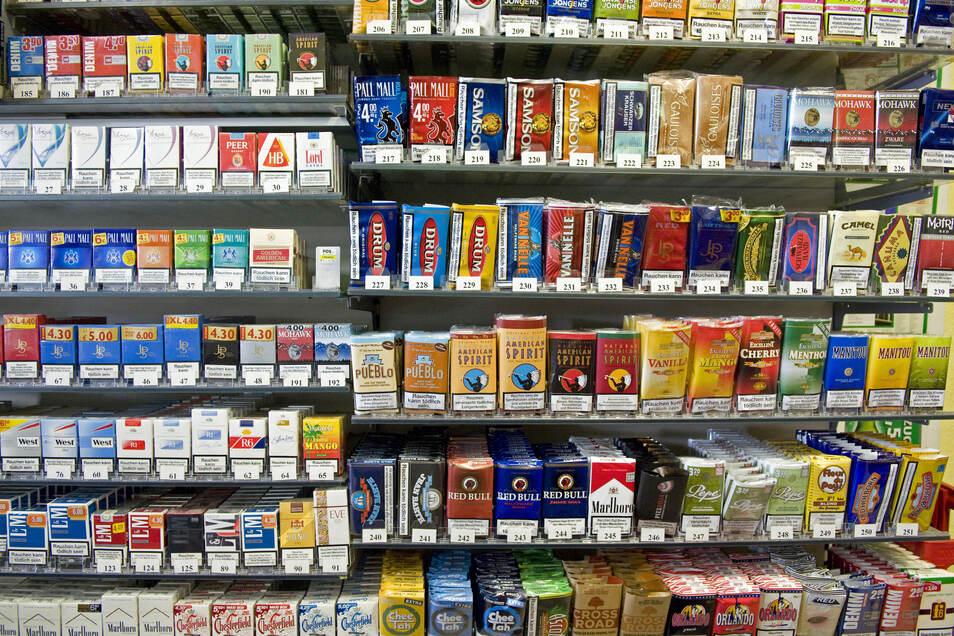 Eine große Auswahl an Tabakwaren wird in diesem Regal angeboten. Jede Menge unversteuerte Zigaretten haben Polizisten jetzt bei Bautzen sichergestellt.