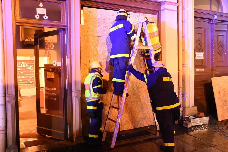 Nach einer Einbruch- und Diebstahlserie in Görlitz sicherten Kameraden des THW die betroffenen Geschäfte und Lokale.