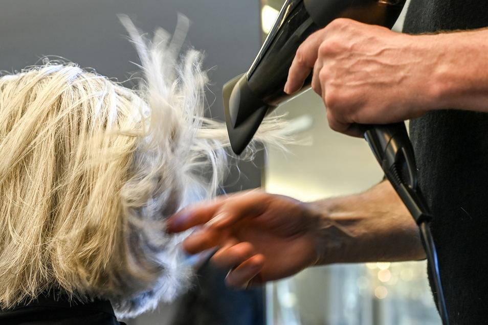 Wer gegen das Coronavirus geimpft ist oder die Erkrankungen überstanden hat, hat nun mehr Freiheiten. Tests vor dem Friseurbesuch fallen etwa weg.