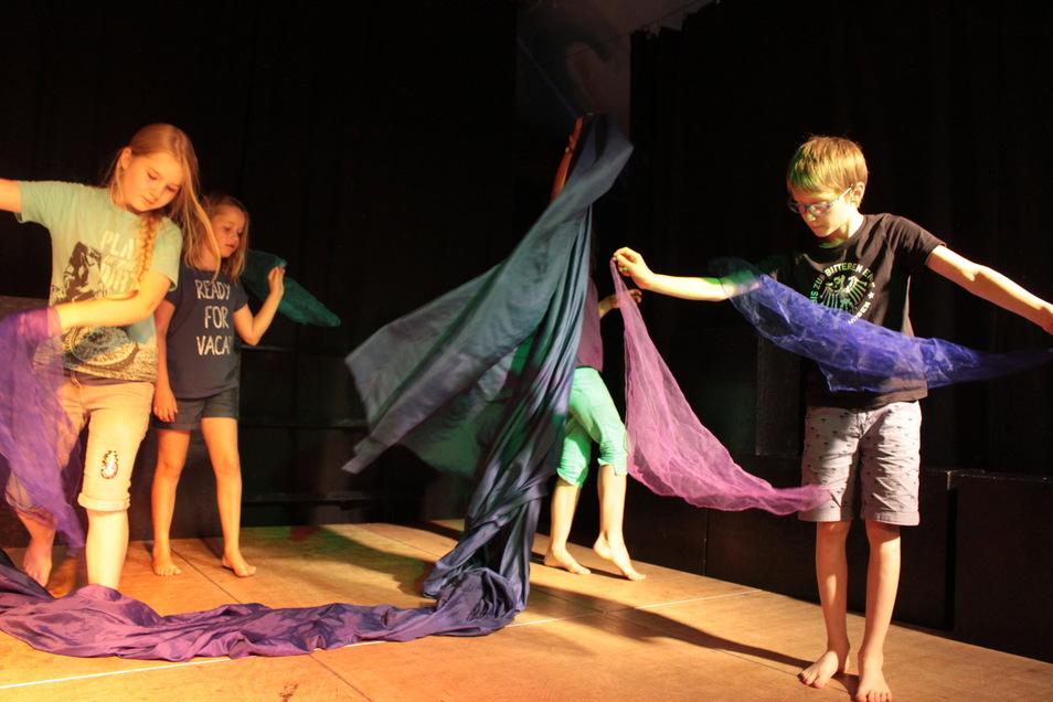 Zur Theaterpädagogischen Werkstatt gehören unter anderem zwei Kinder-, eine Tennie- und eine Jugendgruppe. Hier werden regelmäßig eigene Stücke entwickelt und auf die Bühne gebracht.