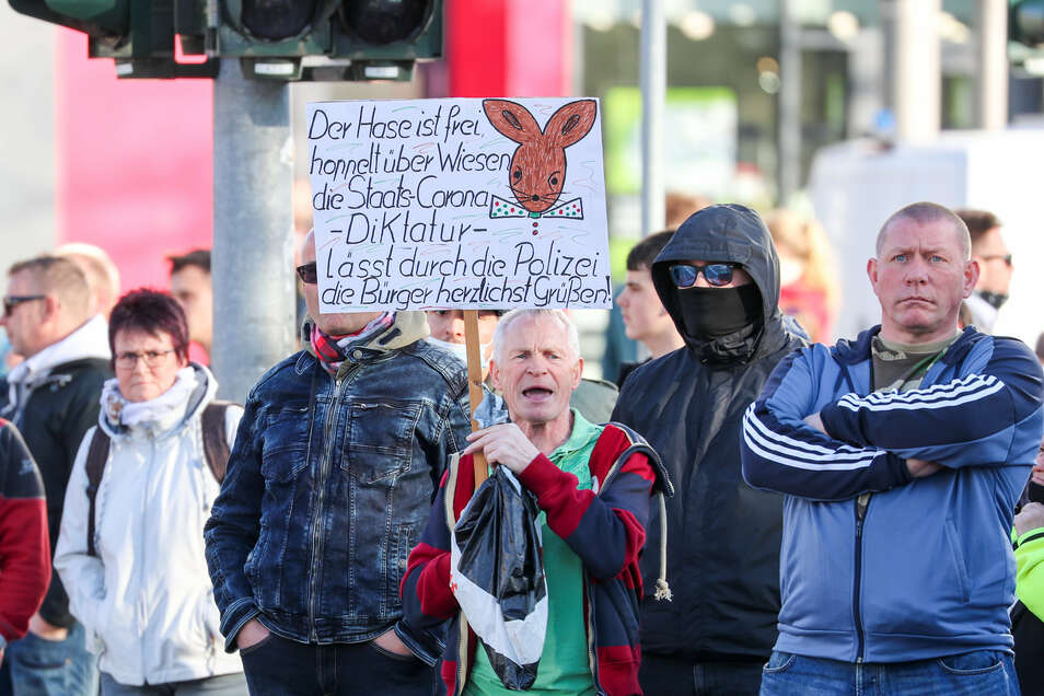 Teilnehmer der rechtsextremen Vereinigung Pro Chemnitz versammelten sich am Montag in Chemnitz.