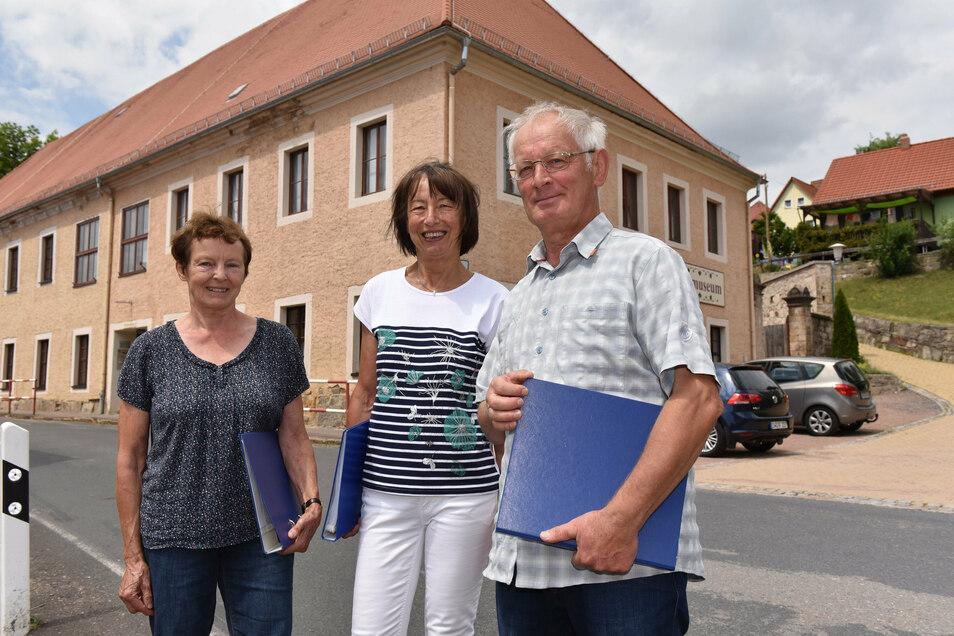 Hiltrud Gut, Regina Nüßgen und Günter Gut (v.l.) sind Mitglieder im Reinhradtsgrimmaer Erbgerichtschor. Der sucht eine neue Leitung.