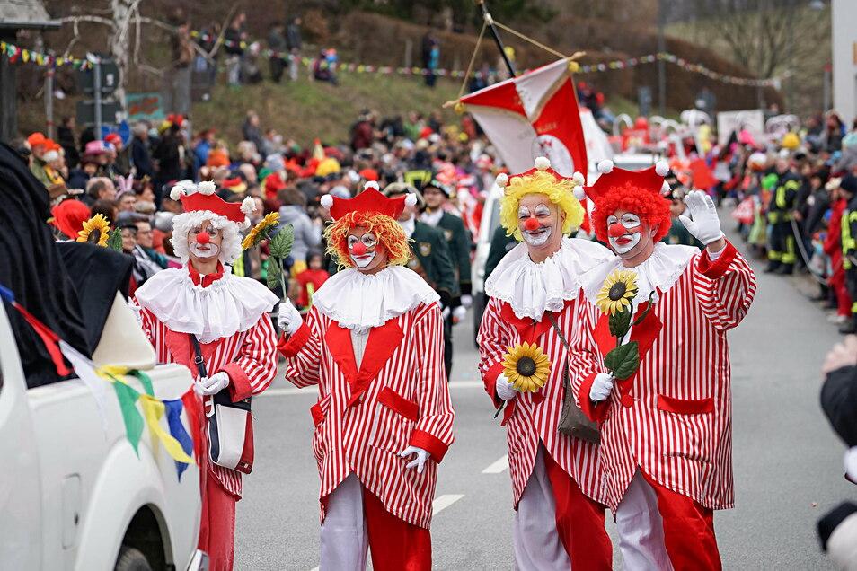 An diesem Sonntag werden weder diese Clowns noch andere Narren durch die Schirgiswalder Straßen ziehen. Vor dem Bildschirmen findet der Umzug aber statt.