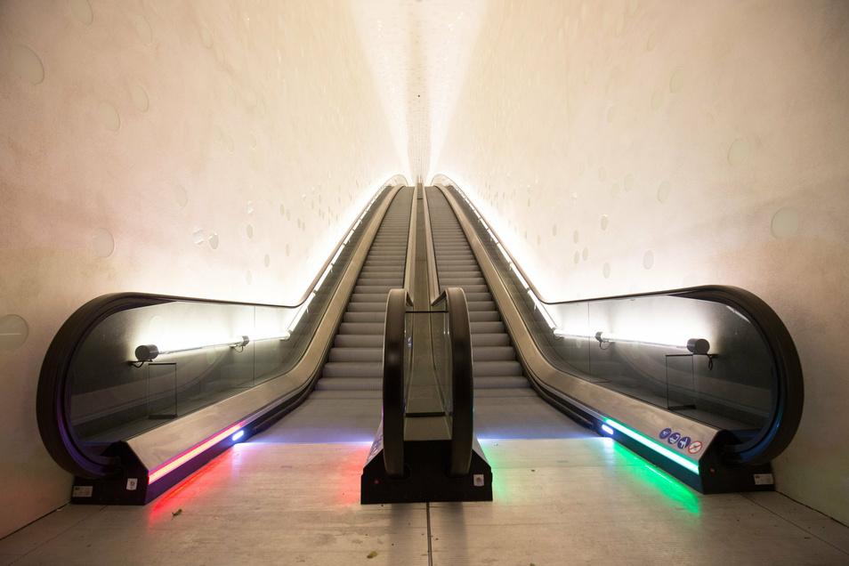 """Der Eingangsbereich zur Elbphilharmonie über die Bogenrolltreppe. Mitte August sind hier UVC-Module auf allen vier Rolltreppen der """"Elphi"""" verbaut worden."""