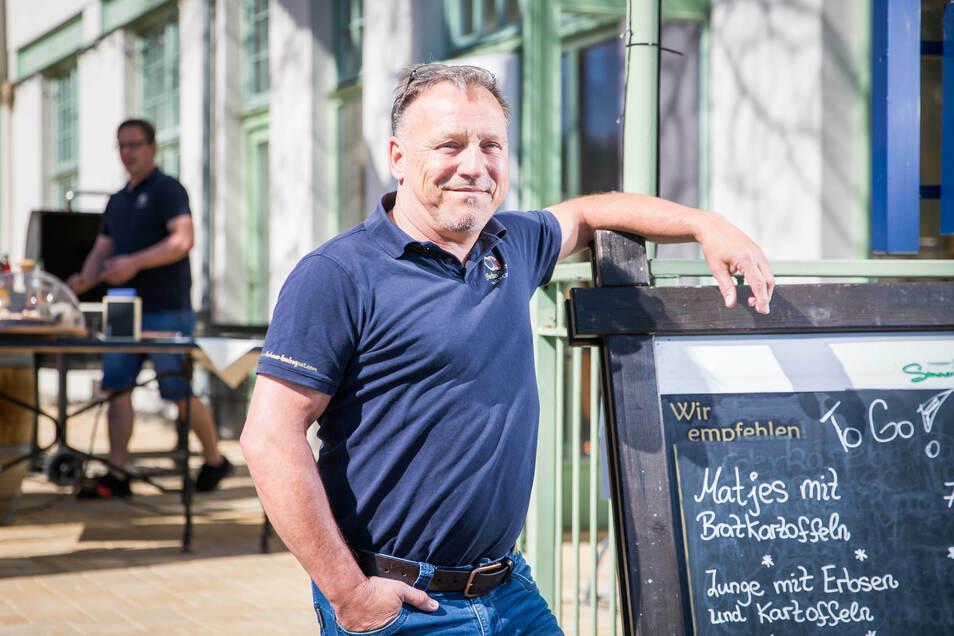 Jürgen Sommer betreibt Sommers Wirtshaus im Volkshaus Laubegast und hofft, dass er zumindest auf seiner Terrasse bald wieder Gäste bewirten kann.
