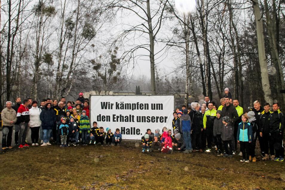 Mit diesem Transparent machten die Sportler des SV Laubusch schon im März vor zwei Jahren ihren Wunsch deutlich, die Sporthalle am ehemaligen Laubuscher Freibad weiterhin nutzen zu können. Nun wurde ein Weg gefunden, wie das gelingen kann.