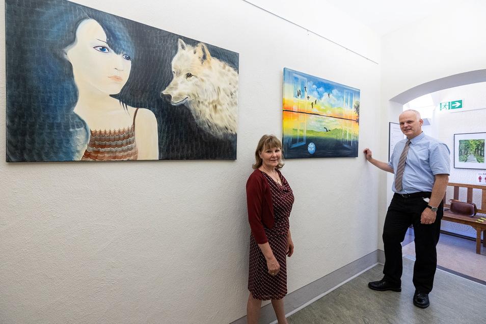 Wolfsmädchen und Aufbruch heißen die Bilder, vor denen hier die Reichstädter Malerin Angelika Hillig und Amtsgerichtsdirektor Rainer Aradei-Odenkirchen stehen.