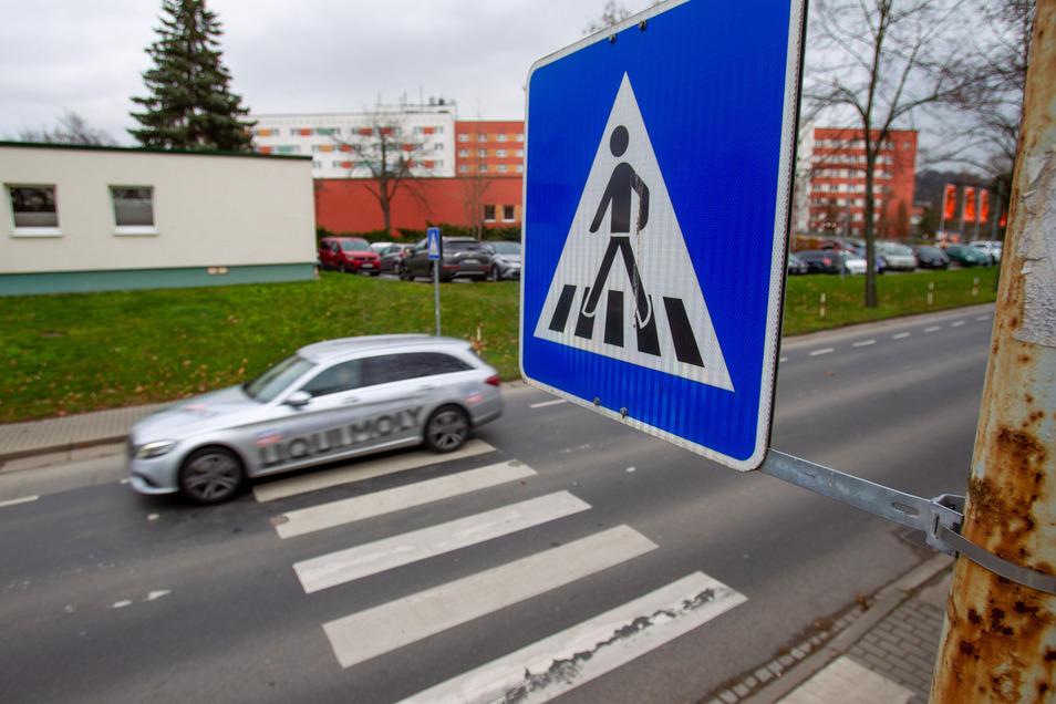 Einen Fußgängerüberweg wie diesen fordern Stadträte auch für die Moritz-Fernbacher-Straße in Zauckerode.