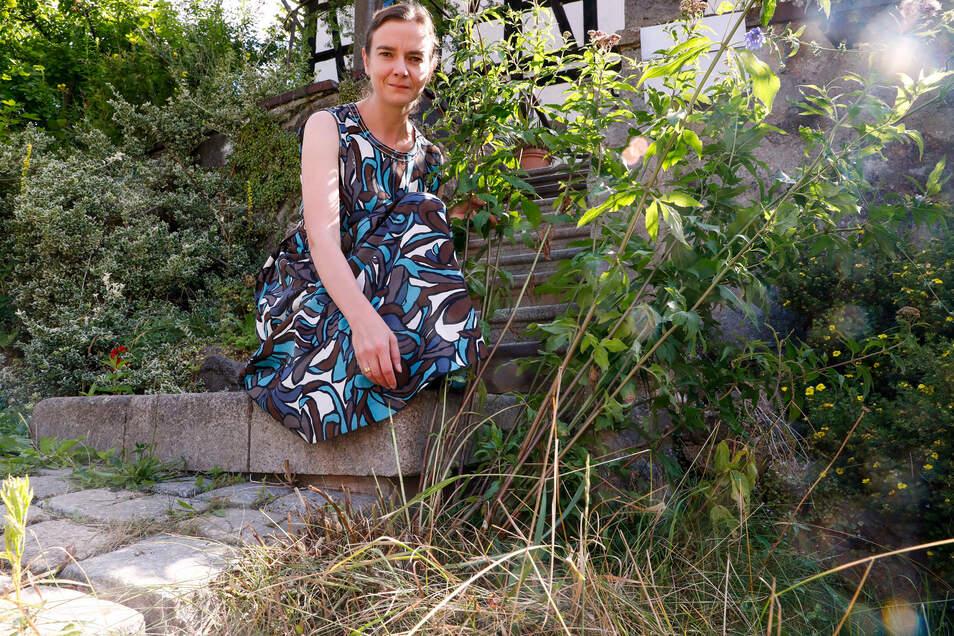 """Der große Baldrianbusch ist zur Hälfte abgestorben - und mit ihm nahezu der gesamte grüne Streifen am Straßenrand. """"Da hat jemand nachgeholfen, dem das nicht gefällt"""", ist Anja Nixdorf-Munkwitz sich sicher."""