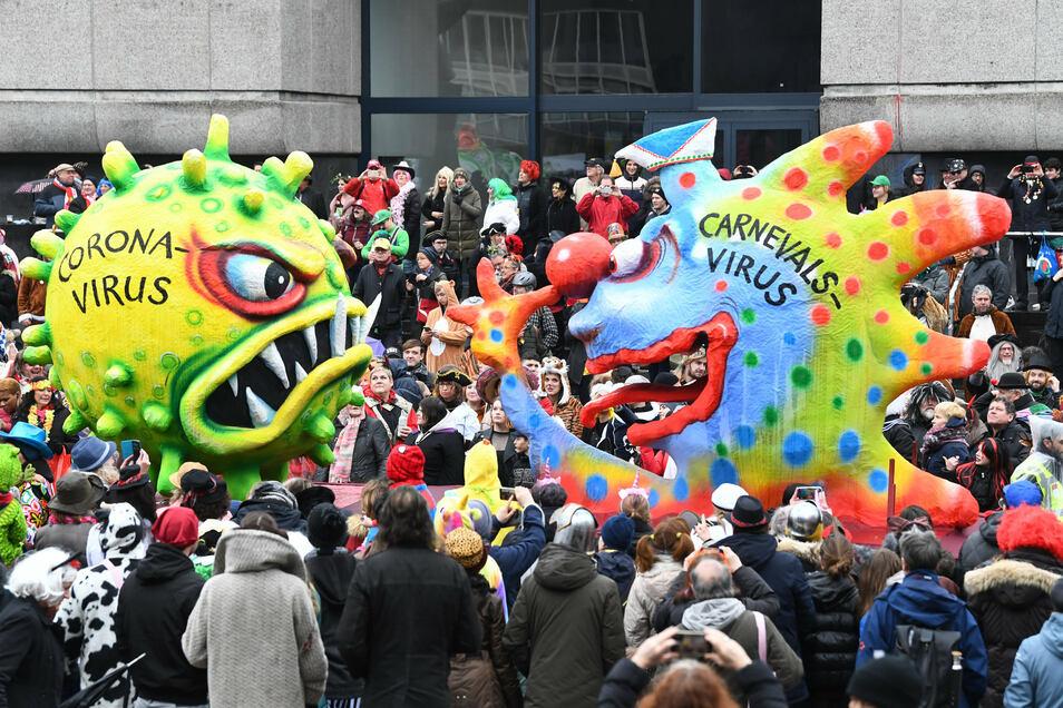 Im Februar 2020 nimmt ein Motivwagen auf dem Düsseldorfer Rosenmontagsumzug das Problem der Kanevalisten mit dem Coronavirus vorweg, damals aber noch viel optimistischer.