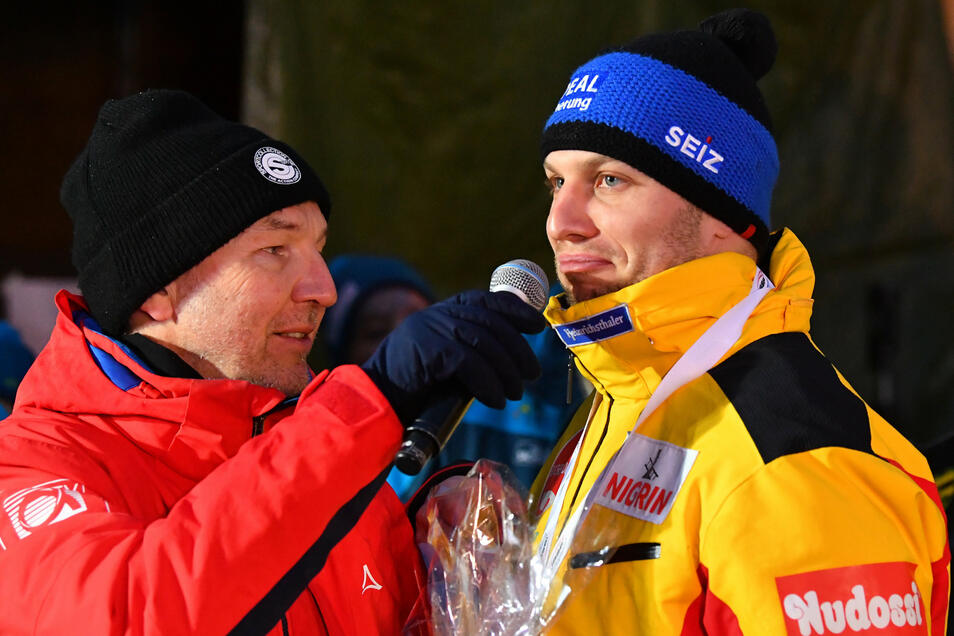 Nach der Siegerehrung ist es soweit. Nico Walther erklärt am Mikrofon von Bahnsprecher Ron Ringguth, dass seine Karriere als Bobpilot vorbei ist.