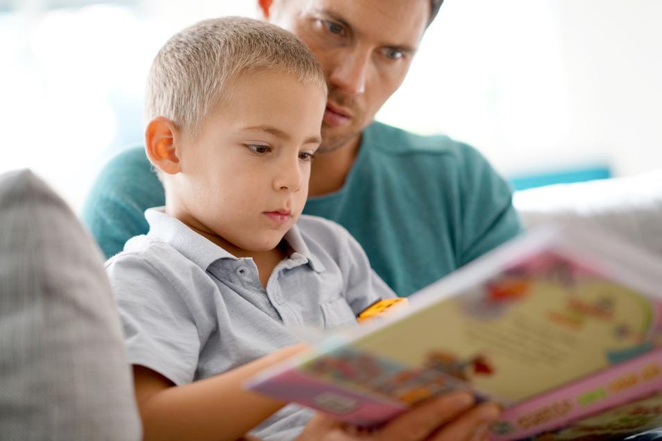 Gemeinsames Lesen ist wichtig für Kinder.