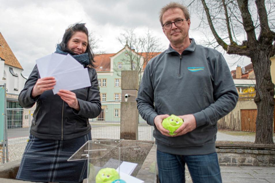SZ-Autorin Ina Förster durfte am Mittwoch Glücksfee spielen und zog mit Alexander Käppler die Gewinner des Oster-Rätsels der Ewag. Alexander Käppler ist Mitarbeiter des Unternehmens und gleichzeitig Mitglied im Geschichtsverein.