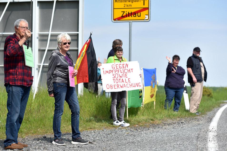 Viele Menschen protestierten am Sonntag entlang der B 96 von Zittau bis Oppach, so wie hier am Ortsausgang von Zittau.