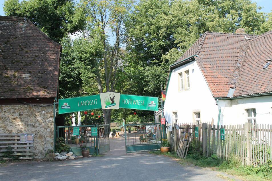 Mitten in der Dresdner Heide lockt der Biergarten Hofewiese mit Bier und Bratwurst.
